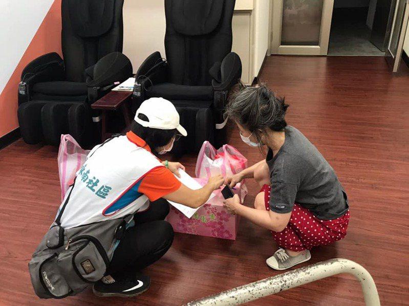 林口東南社區發展協會成員關懷弱勢、親送物資。圖/新北市民政局提供
