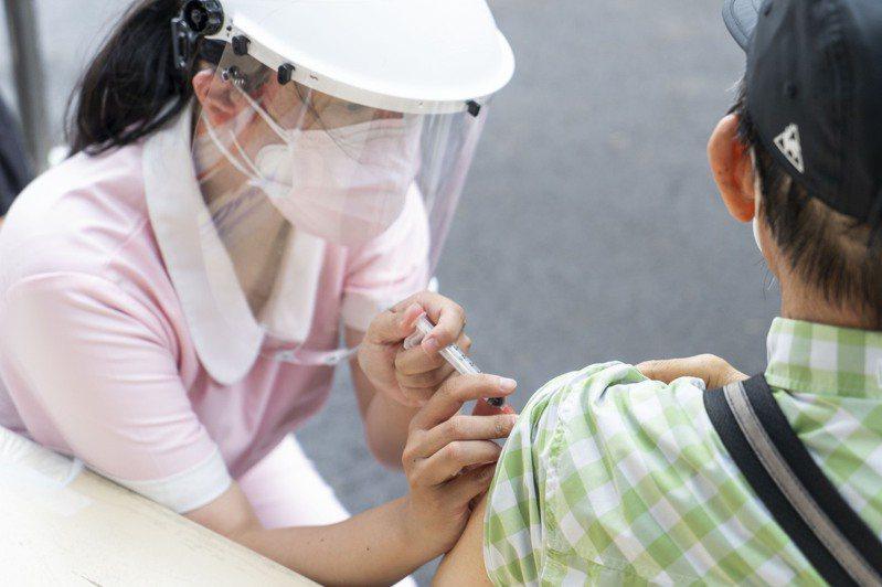熱血醫護協助施打疫苗。圖/新竹市政府提供