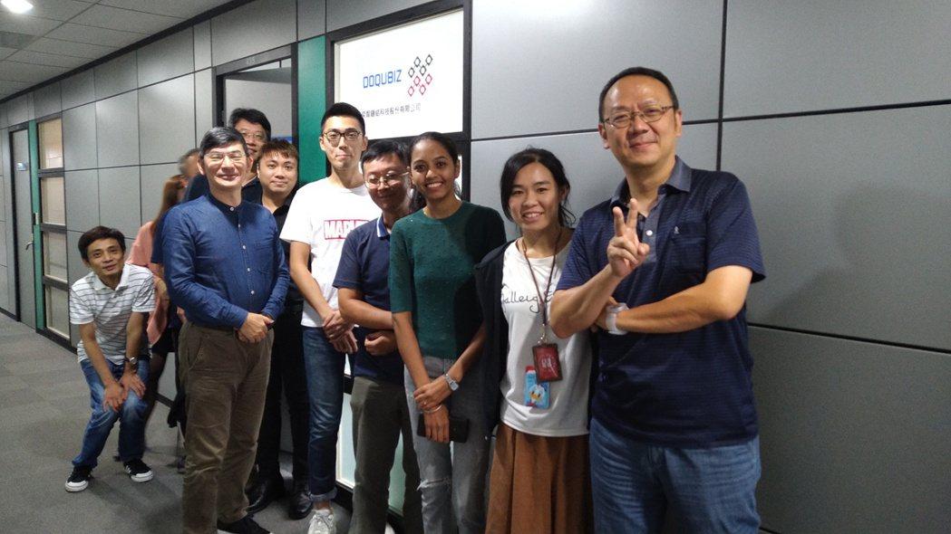 奕智鏈結(DoQubiz)執行長李庚(左前一)與團隊合照。 圖/業者提供