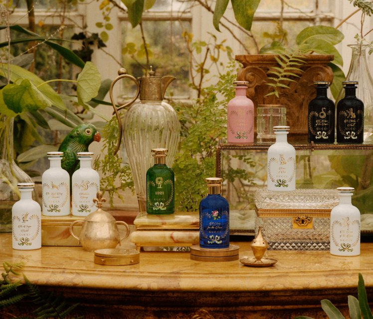 1921翡冷翠香水包裝方面,同樣使用煉金士花園系列靈感源於古代藥劑師木架上神秘藥...