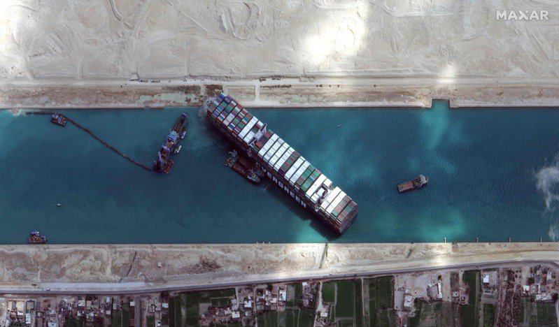 長榮海運承租的「長賜輪」3月擱淺導致蘇伊士運河航道癱瘓,埃及政府5月中宣布擴大航道,但有專家認為,蘇伊士運河拓寬後未必能完全規避風險,因為「船東很有可能因應更寬的航道建立更大的船隻」。法新社