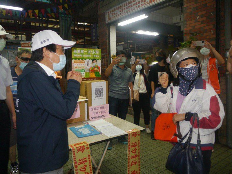高雄市副市長林欽榮(左)前往三民第一市場視察分流首日採買情況,感謝市民配合分流政策。記者徐白櫻/攝影