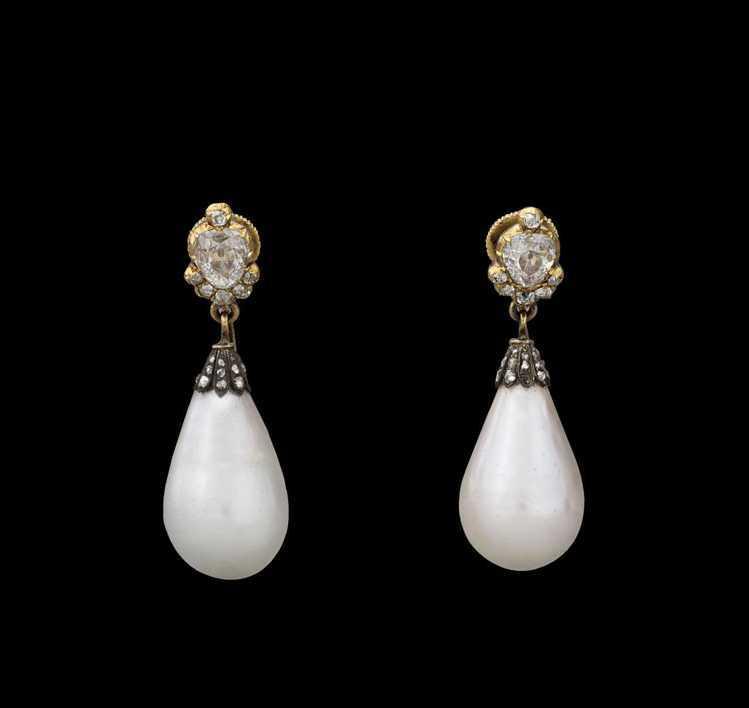 傳為尼鐸及其子所創作的這對珍珠耳環,出現於多幅約瑟芬皇后的肖像畫中,可見她對天然...