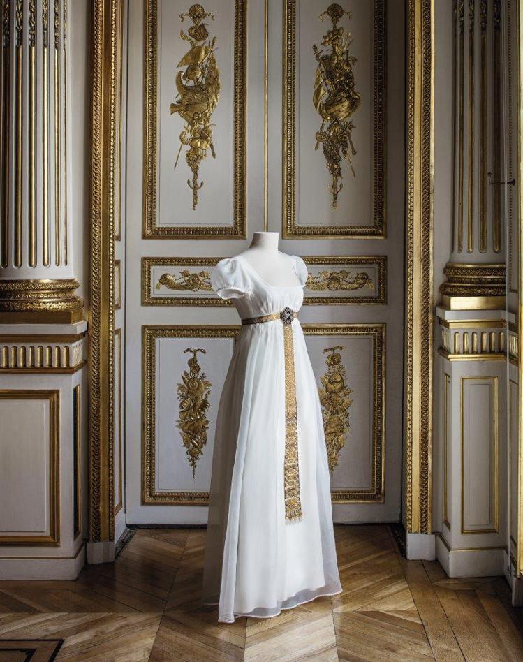尼鐸及其子所製的哥德風格腰帶,承襲中世紀女士長腰帶的設計,並鑲嵌了一枚古希臘風格...