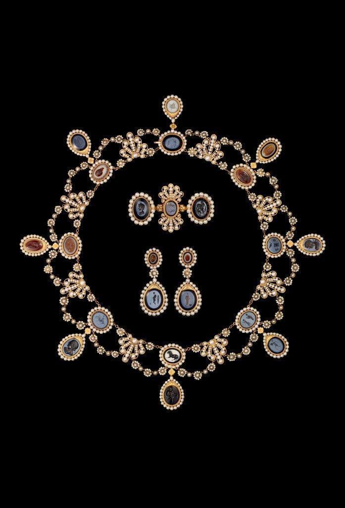 尼鐸及其子所製作的珍珠及瑪瑙浮雕套裝,洋溢典型的法國帝國風格,為約瑟芬皇后所有,...