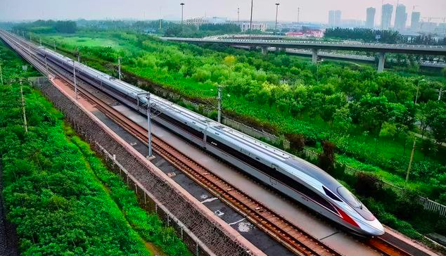 大陸已啟動時速400公里等級的CR450高速動車組研製,以及成渝中線高鐵線路建設規畫。照片/搜狐網
