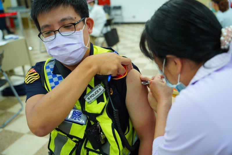 除醫護同仁是優先施打疫苗對象外,侯友宜也希望警消人員能盡快完成疫苗接種。圖/新北市警察局提供