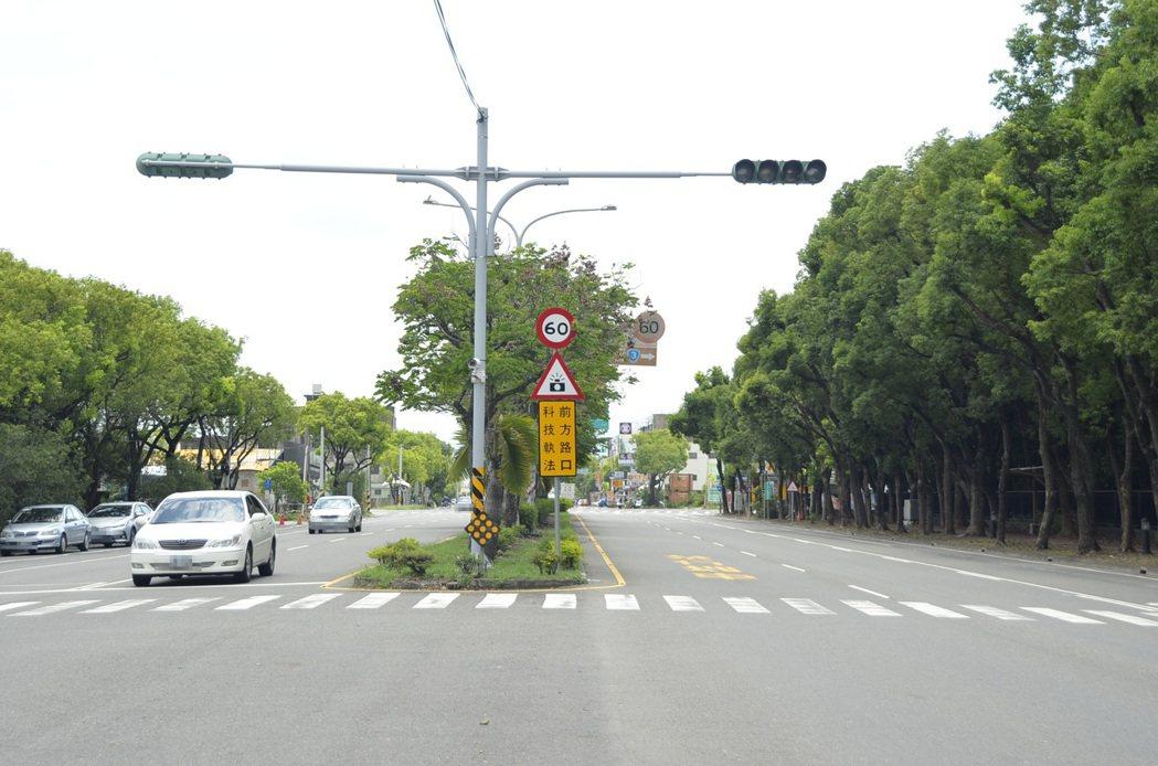 雲林警方現已在距離大學三段、中山路口200公尺處設立「前方路口,科技執法」警示標...