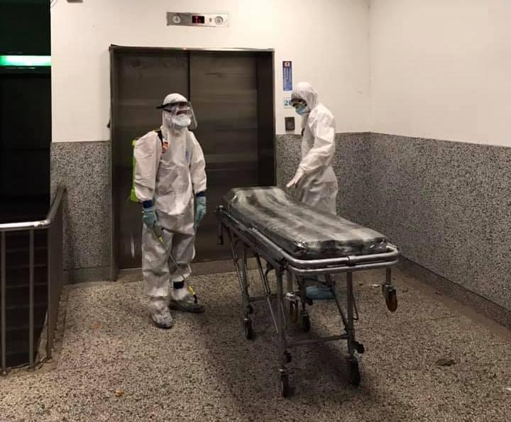 由於醫院拒絕業者在醫院太平間入殮,業者只能用擔架將遺體推到院外入殮。圖╱新北市葬儀商業同業公會提供