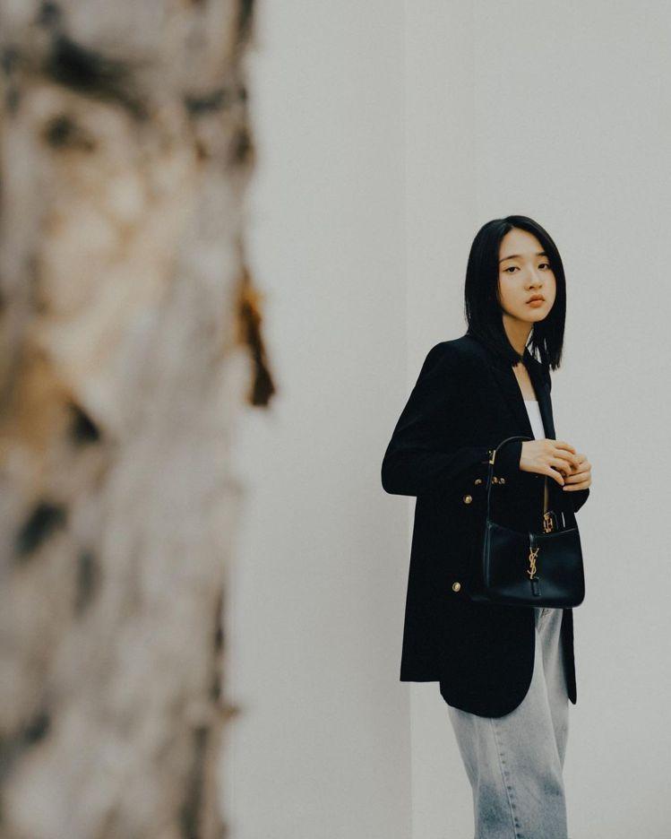 金鐘最佳新人李沐在IG發布一系列搭配LE 5 À 7包的照片,雋永經典的造型感非...