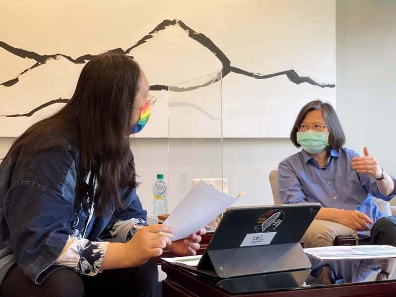 政務委員唐鳳今早到總統官邸開會。圖/取自張惇涵臉書