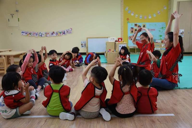 教育部近日預告修正「非營利幼兒園實施辦法」,明訂非營利幼兒園不得要求父母或監護人另行購置教材、教具或其他物品,也不得於園內從事契約約定以外的工作及業務,若限期改善未改,最重將終止契約。示意圖。圖/台北市教育局提供