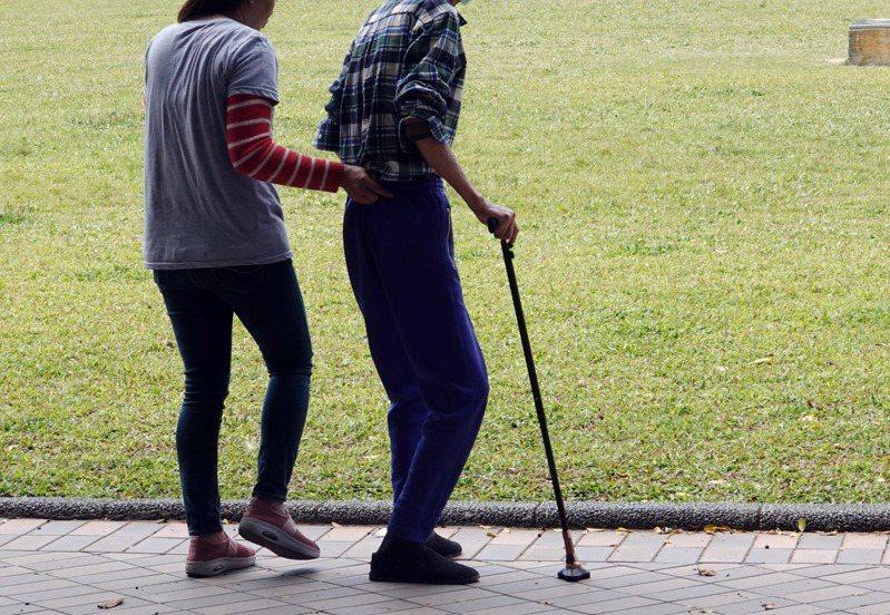 許多長者因為疫情被迫在家,身心健康都面臨衰退危機。圖/聯合報系資料照片