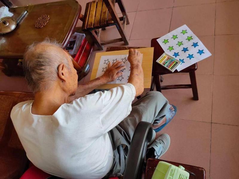弘道老人福利基金會社工製作各式防疫工具包,老人在家做得很開心。圖/弘道提供