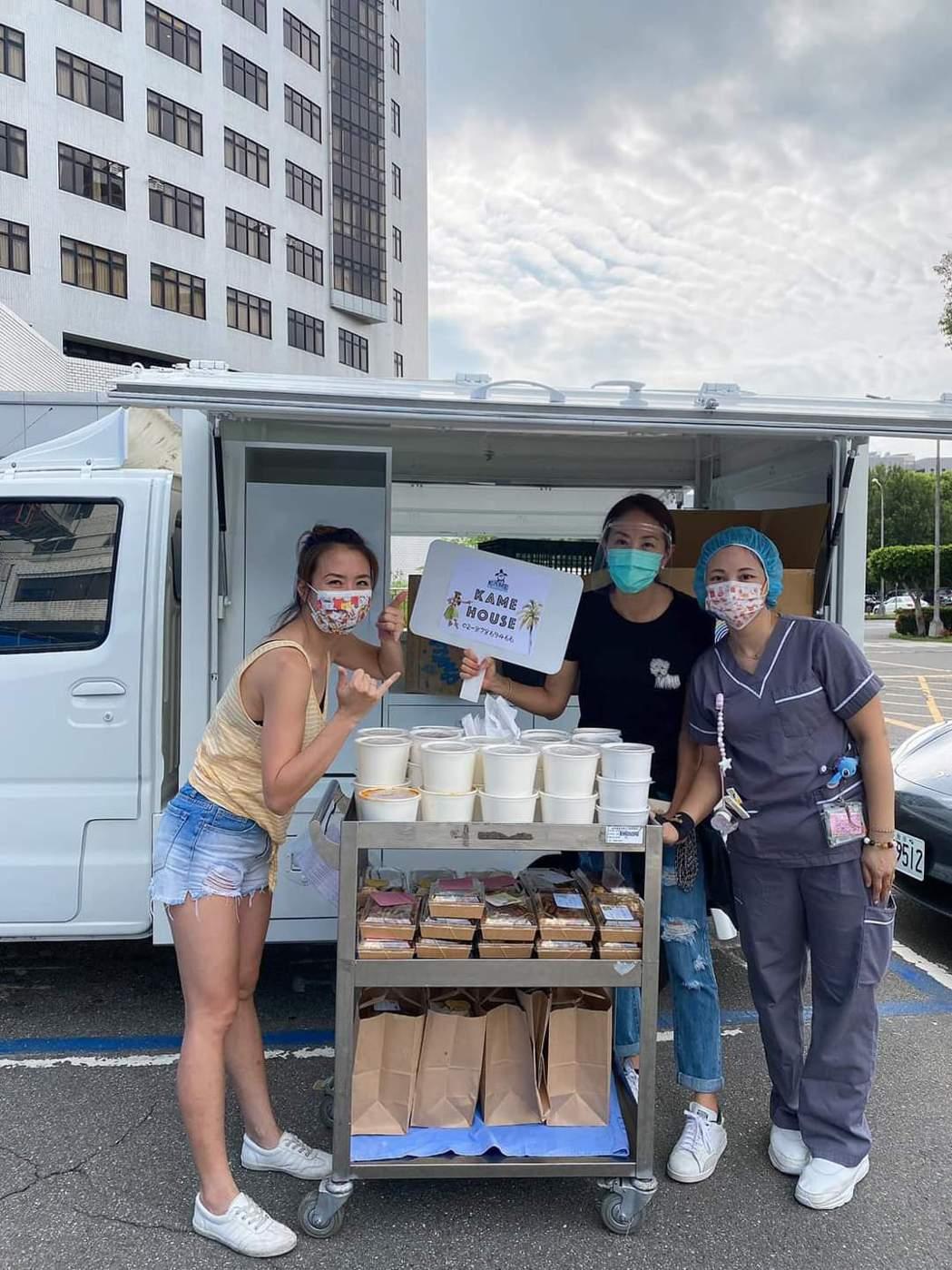 賈永婕(右二)送餐應援醫護。圖/摘自臉書
