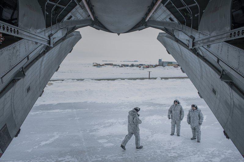 俄國部隊是全球第一支因北極氣候變遷而展開戰略部署的軍隊。圖為法蘭士約瑟夫地群島三葉基地的一架貨機。圖╱紐約時報