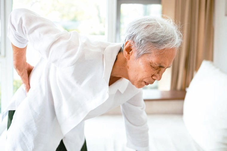 骨鬆症是慢性代謝疾病,其治療需要長期的追蹤和良好的醫囑順從性,才能看得出成效。圖...