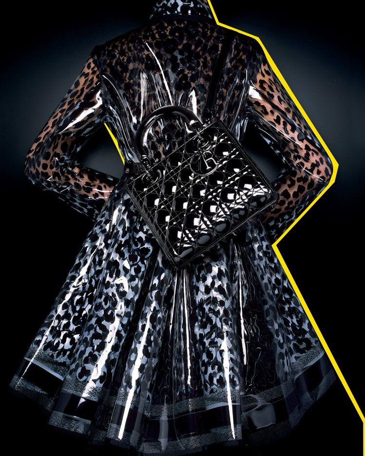 黑色Mizza系列豹紋風衣、Lady Dior漆亮皮革系列。圖/DIOR提供