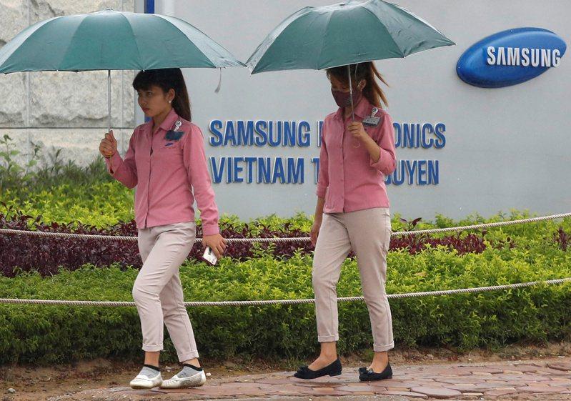 越南要求當地設廠外商,為員工施打疫苗。 (路透)