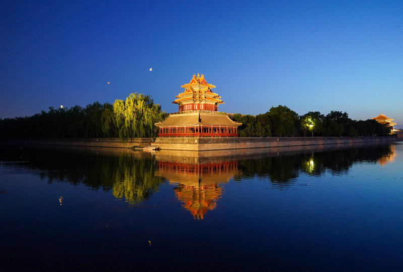 北京將推動實施「十大專項行動」,提供「有溫度的北京服務」,打造全球消費環境新高地。圖為故宮東北角樓夜景。(新華社)