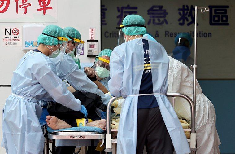 台灣新冠疫情嚴峻,死亡率高於全球平均值,引發關注。 記者余承翰/攝影