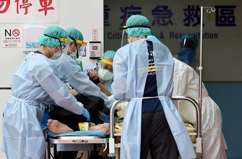 國內新冠疫情嚴峻,有醫師分享自己站在前線看到的心碎故事,直指這是醫護人員「一千個要守住的理由」。示意圖。記者余承翰/攝影