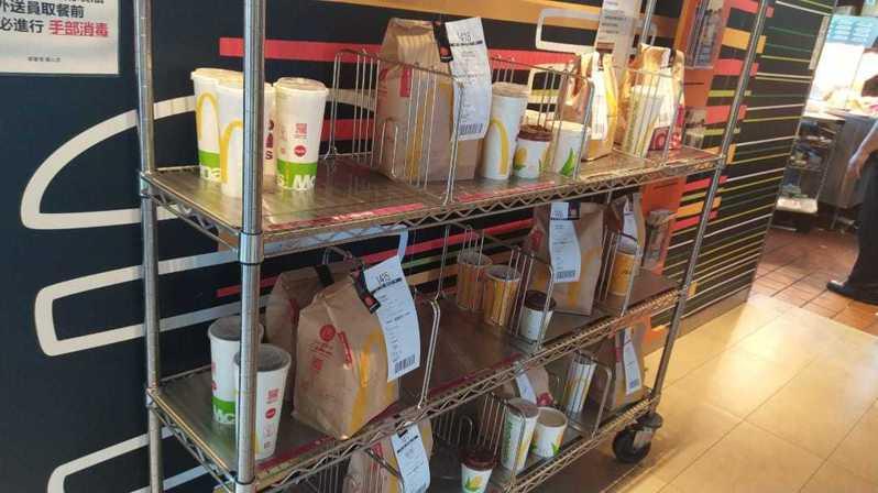 網友加碼貼出另一家麥當勞分店照片,指出架上待取餐點「全部吳伯毅的」。圖擷自外送員的奇聞怪事