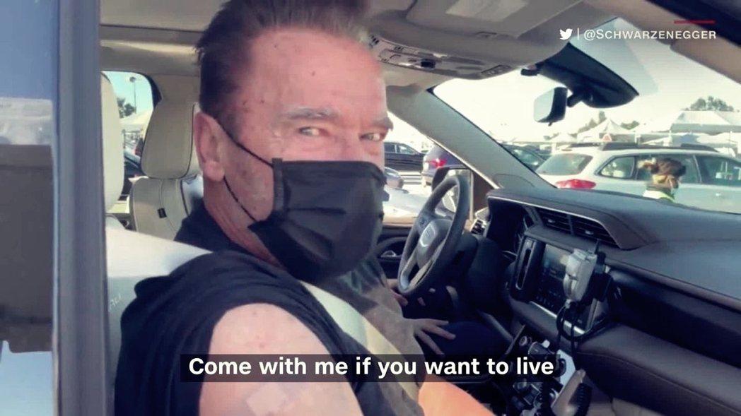 圖/阿諾史瓦辛格Twitter:「想活命的話就跟我一起來打疫苗!」