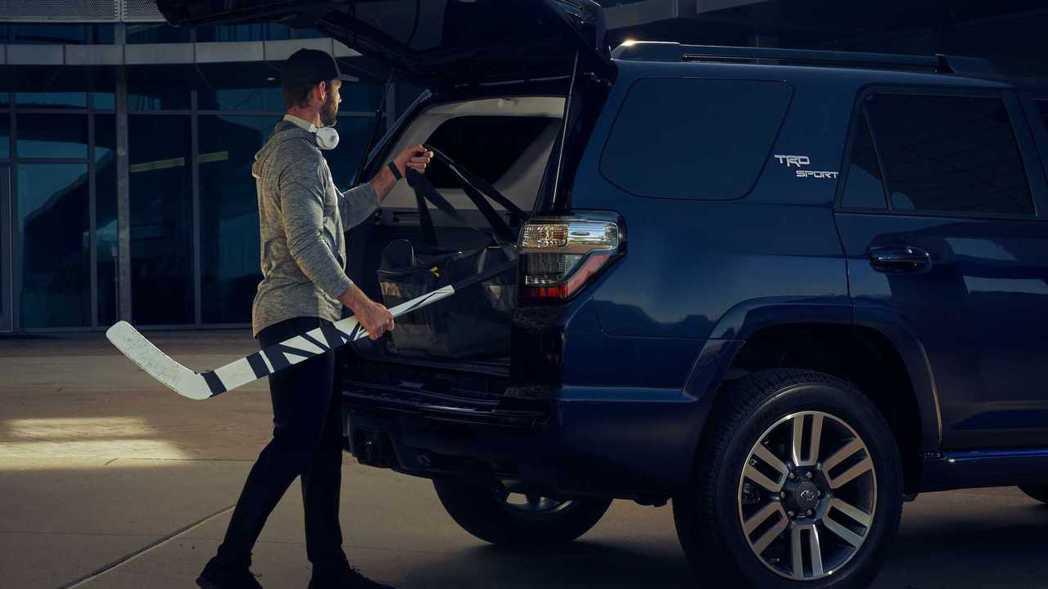 D柱上貼有大大的TRD Sport字樣。 摘自Toyota