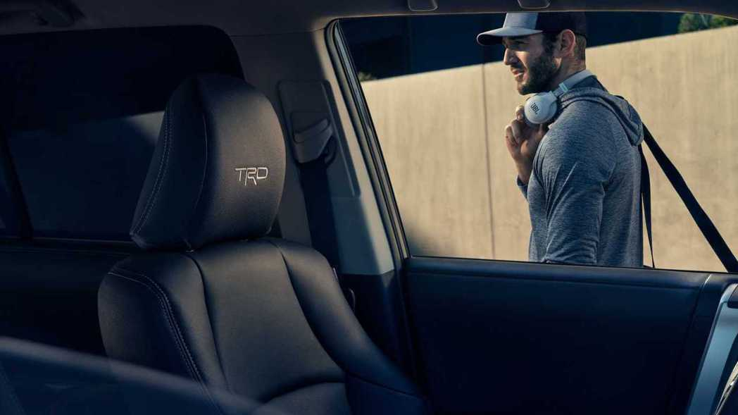 SofTex人造皮革座椅頭枕也繡有TRD字樣。 摘自Toyota