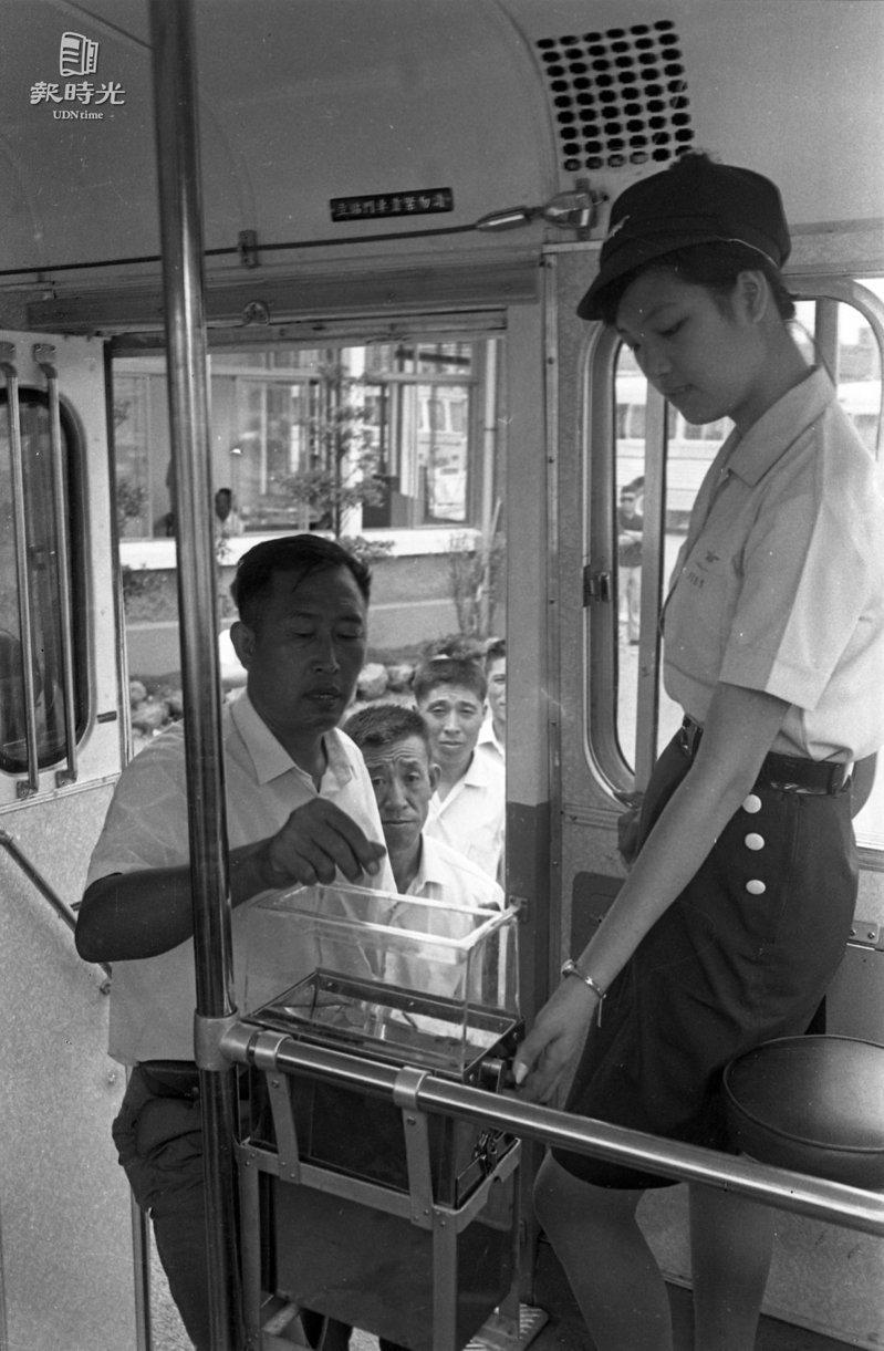 1969年欣欣客運的車掌小姐穿著一身筆挺制服,時髦又漂亮,是每個小女孩心目中一心嚮往的夢幻職業。聯合報系資料照