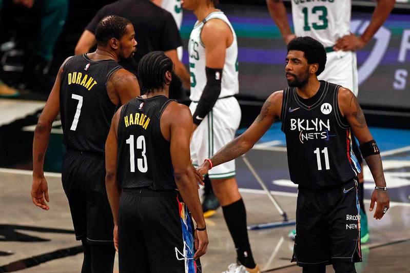 籃網三巨頭在例行賽時很少同時出賽,但季後賽三人齊聚卻是很快適應彼此,首輪就打得塞爾蒂克潰不成軍,下一輪對上公鹿仍被看好。 美聯社