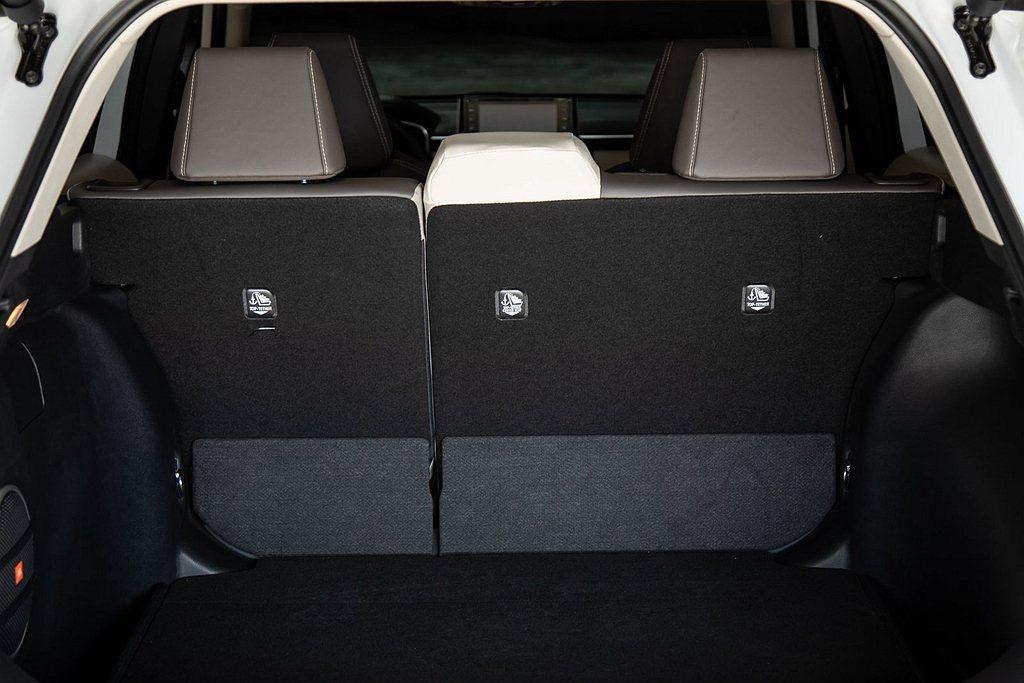 美規Toyota Corolla Cross各車型皆有60/40分離後座傾倒功能...