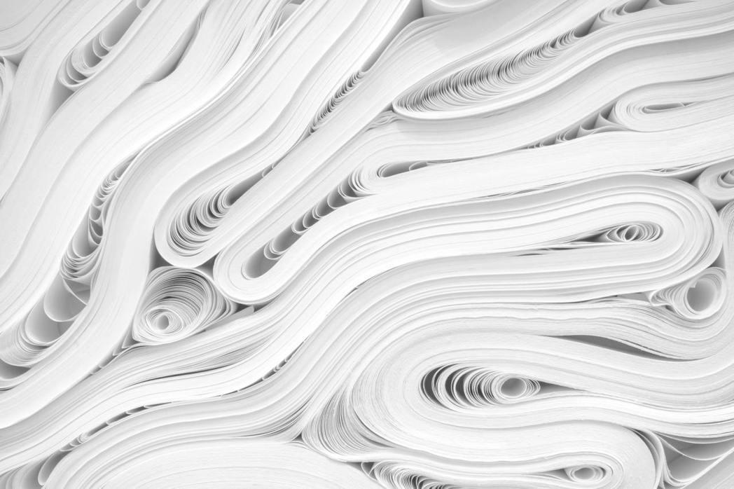 民眾喜歡淨白的紙張,導致紙廠更需施以大量漂白劑來取悅市場,衍生更多的水污染。 圖...