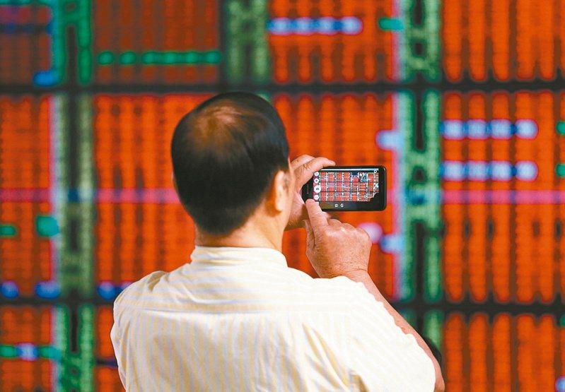 台股今(7)日開高走低,盤中一度失守萬七,下滑至16,775.85點,重挫371.56點,終場則以17,083.91點作收;三大法人賣超71.34億元。圖為台股示意圖,本報資料照片