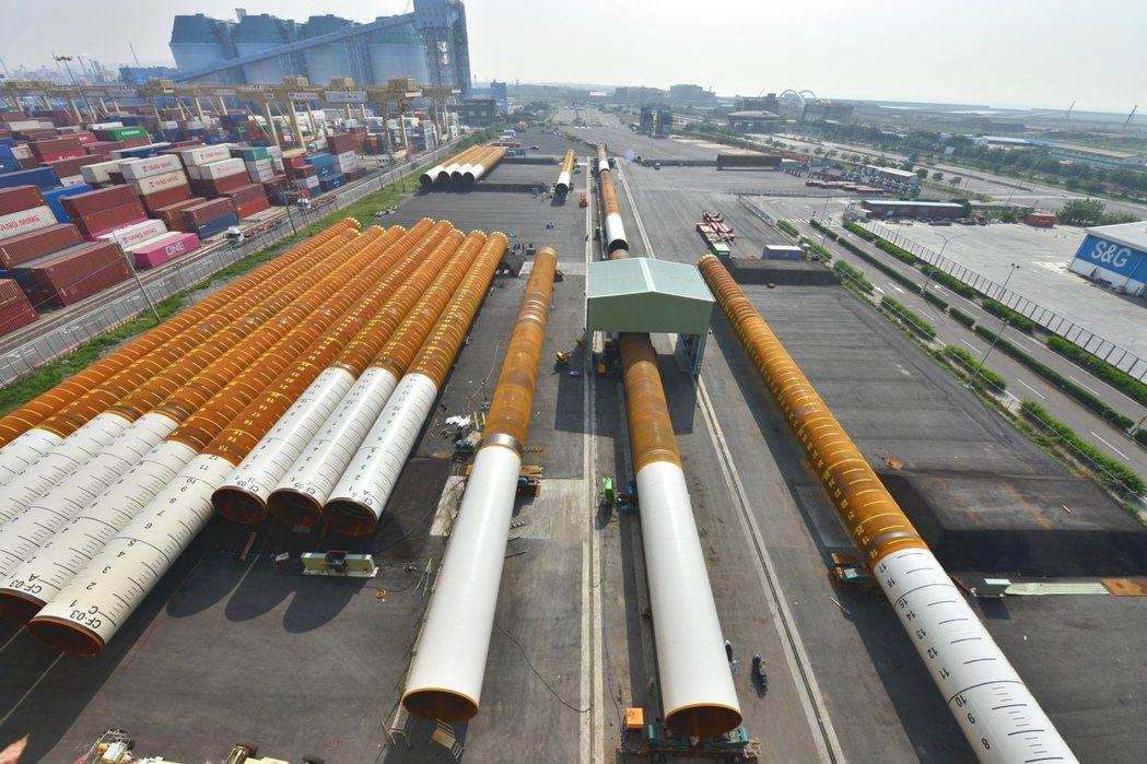 製造完成的水下基樁於「俊鼎大林廠」儲運區等待運送。業者/提供