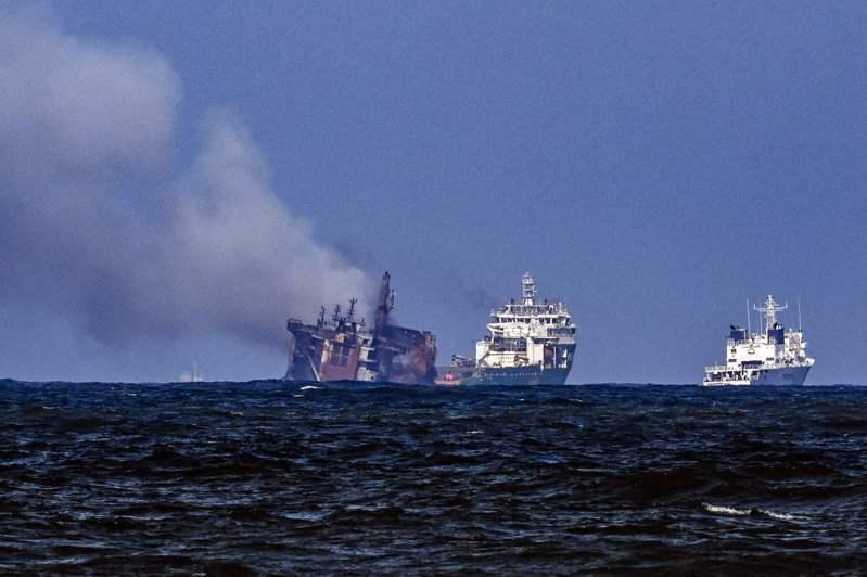 斯里蘭卡海軍表示,一艘因失火而造成斯里蘭卡海洋生態空前災難的貨櫃輪今(2日)沉沒,油箱還有數百公噸燃油。法新社