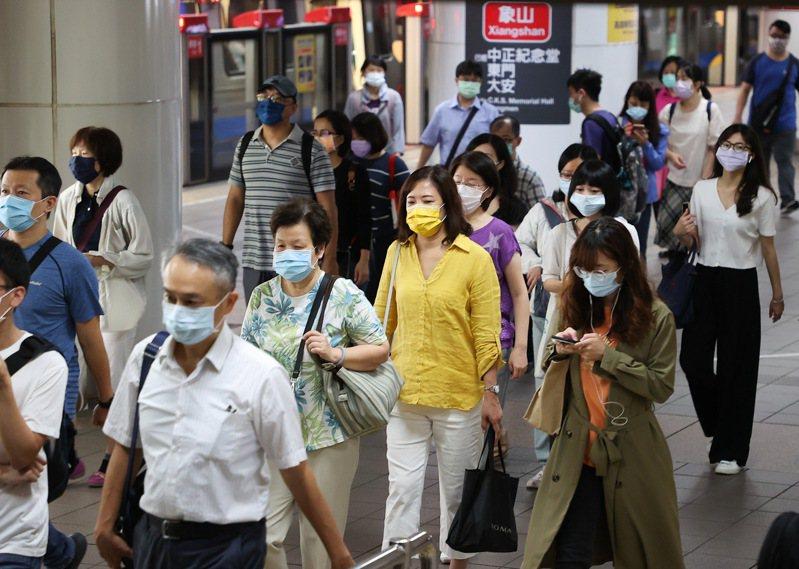 雙北防疫提升到三級警戒後,上班尖峰時段人潮驟減,台北車站通勤人數明顯減少,民眾皆戴緊口罩。聯合報記者余承翰/攝影
