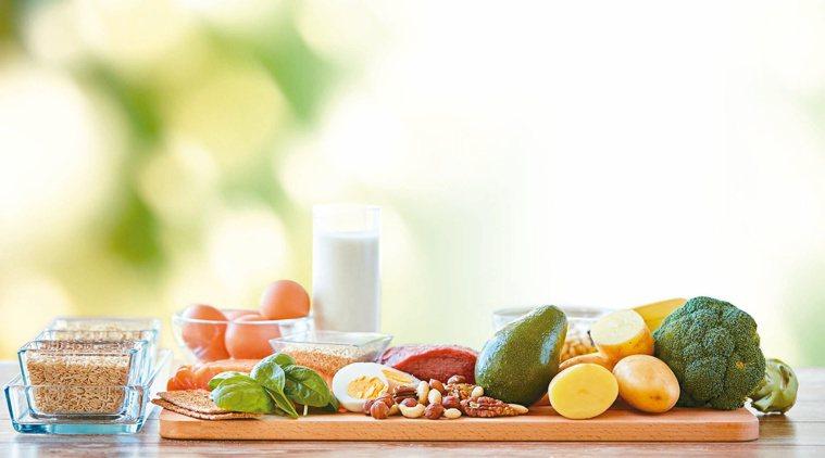 對疫情持續升溫,增強免疫力是抗疫的關鍵,日常飲食應多補充蛋白質、維生素等7大免疫...