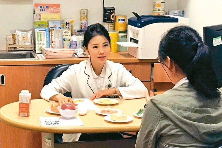 台北慈濟醫院營養師侯沂錚(左)向民眾進行營養衛教。圖/慈濟醫院提供