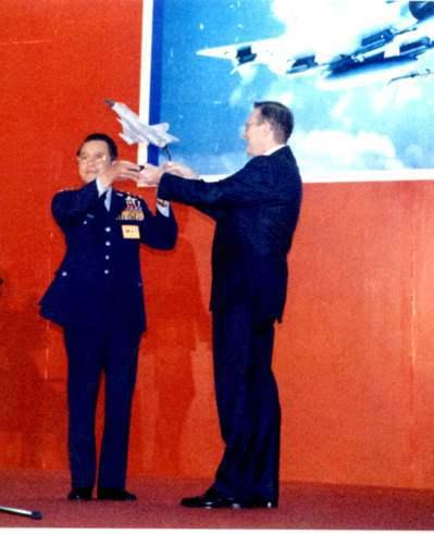 幻象戰機舉行接機儀式,空軍總司令黃顯榮(左)自法國達俊廠副總裁赫勒手中接過飛機模型。圖/聯合報系資料照片