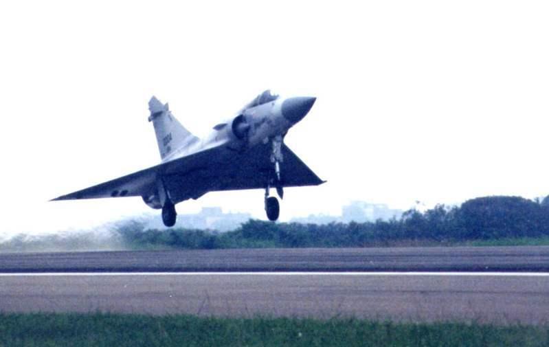空軍幻象2000-5型戰機在新竹空軍基地公開亮相,起飛時猶如一隻燕子疾速地衝上雲霄。圖/聯合報系資料照片