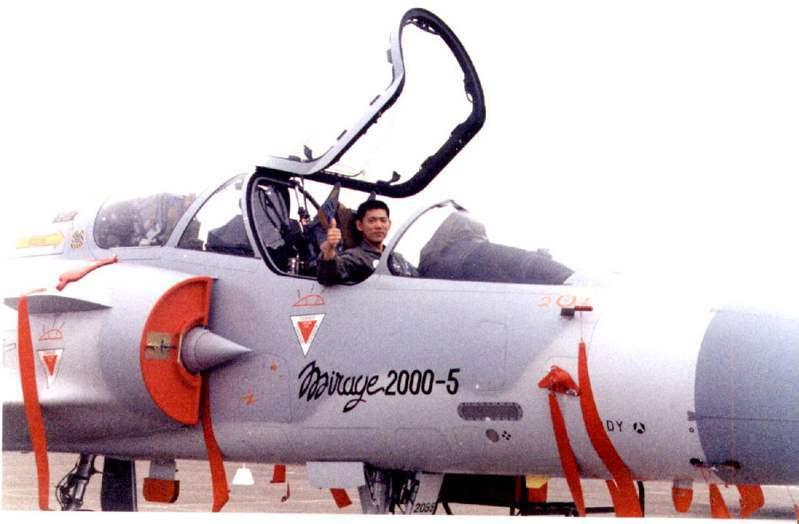 幻象戰機在基地作靜態展示,種子教官之一的飛行員比起大拇指,對外界表示其性能優於傳統戰機。圖/聯合報系資料照片