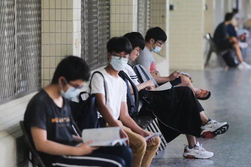 教育部高教司說,將依中央流行疫情指揮中心的評估來決定今年指考是否延期,確保考生安全及權益。本報資料照片