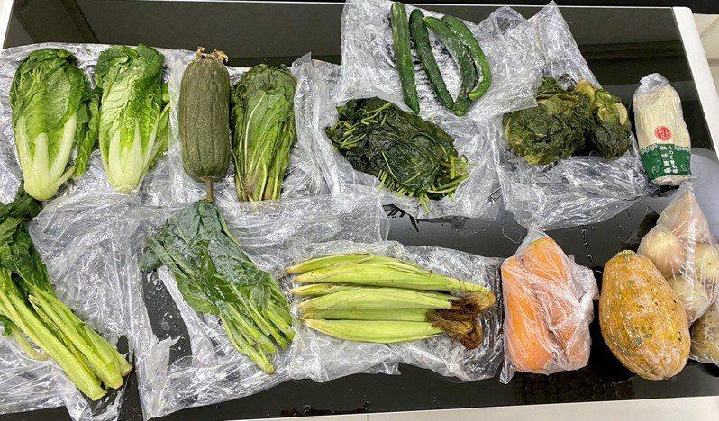 有民眾收到訂購的蔬菜箱,原本應冷藏配送,物流卻誤放冷凍,蔬菜無法食用。圖/讀者提供