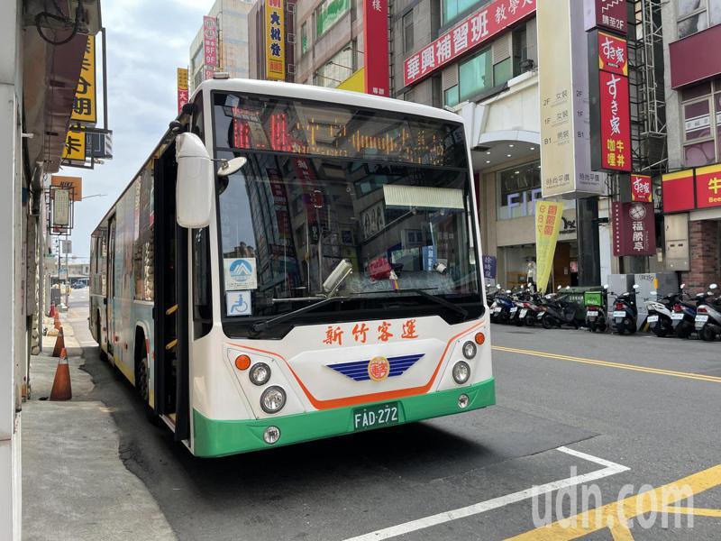 公車運量大受衝擊,新竹市26條公車路線運量銳減6到8成,部分路線停駛、減班。記者張裕珍/攝影