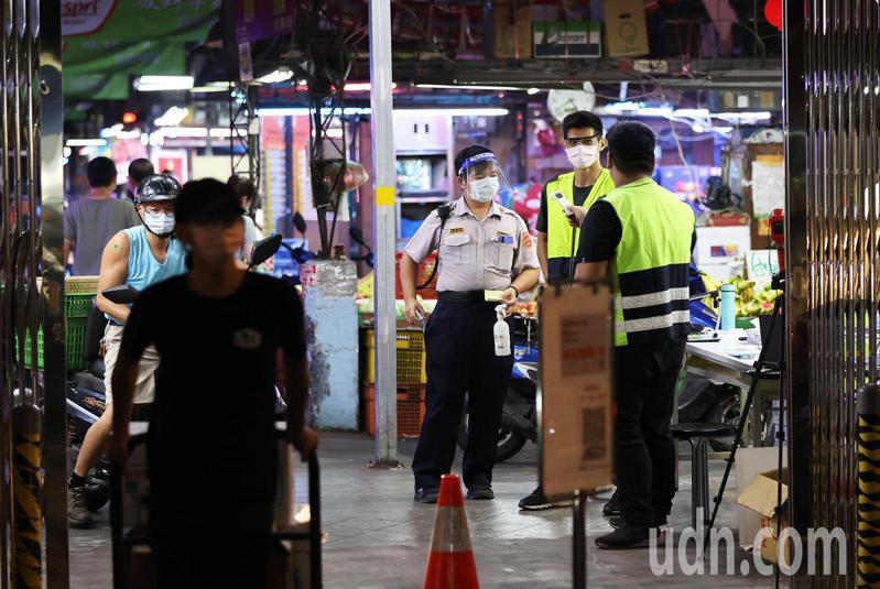 今天一早天未亮,台北市果菜批發市場及魚類批發市場的攤商,人人帶著口罩開始一天忙碌的生活,進入市場必須量體溫、噴酒精與實聯制。記者潘俊宏/攝影