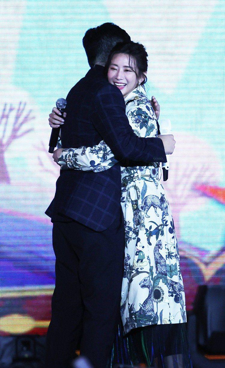 周興哲(左)、趙岱新分手後難得同台,大方擁抱彼此。圖/報系資料照