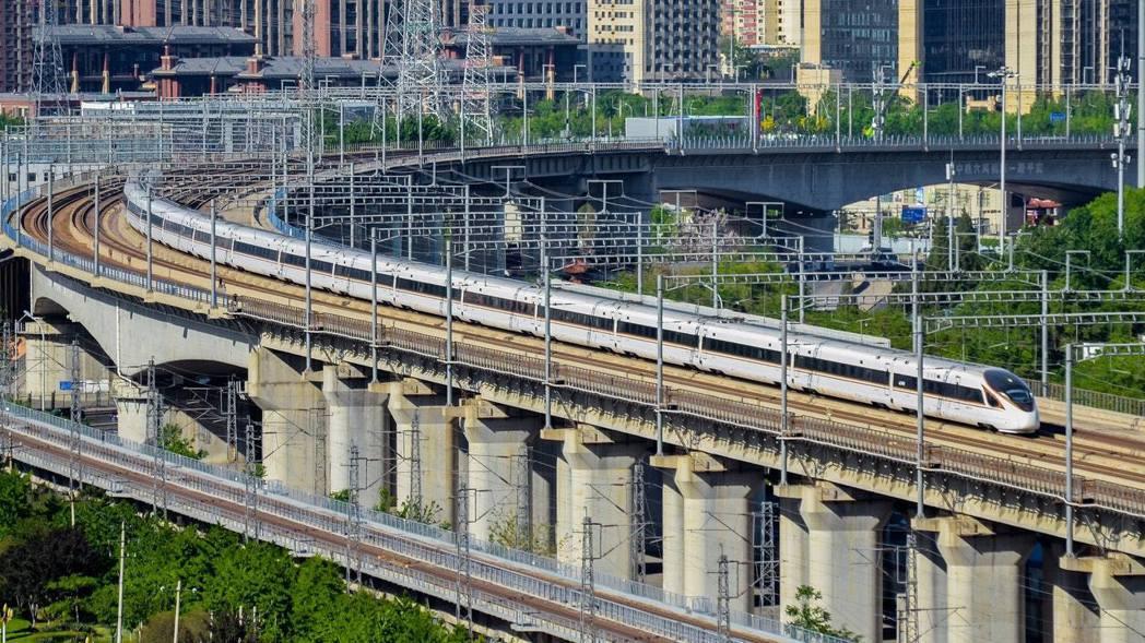 目前大陸僅有京滬、京張、京津城際、成渝等4條高鐵時速達350公里運行,其餘20多...