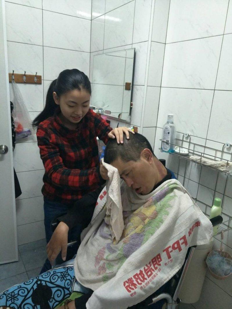 台中國小王棱卉罹患漸凍人症,她立志成為醫生。圖/台中市教育局提供